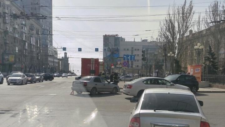 Перепутал светофоры: на проблемном перекрестке в центре ВолгоградаHyundai на скорости подбилToyota