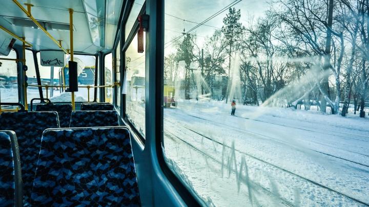 На площади Карла Маркса встали троллейбусы и трамваи