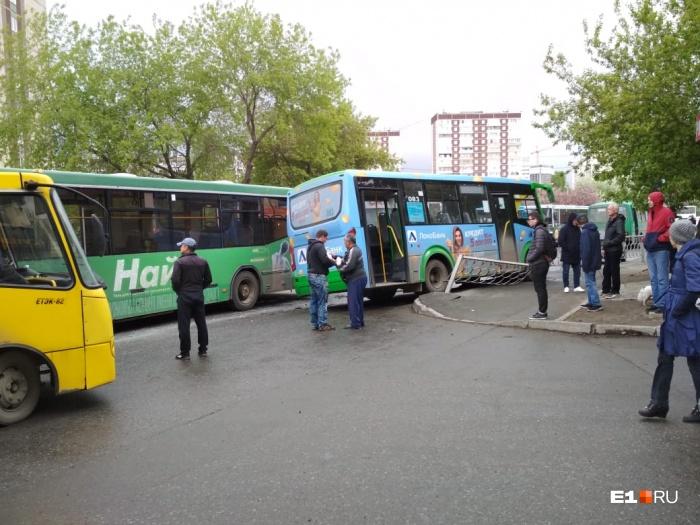 Автобус снес сектор ограждения, стекло со стороны водителя разбито