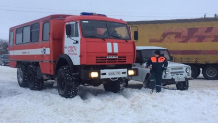 На трассе Ростов — Ставрополь из сугробов на заснеженных обочинах вытащили 70 автомобилей