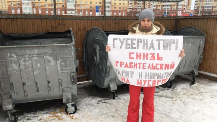 Вышли с плакатами к контейнерам у дома: тюменцы провели пикет против повышения цен за вывоз мусора