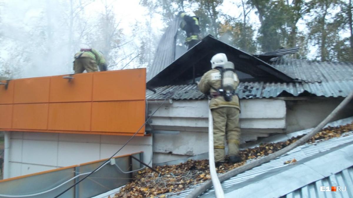 Пожарным нужно было разобрать сгоревшие конструкции