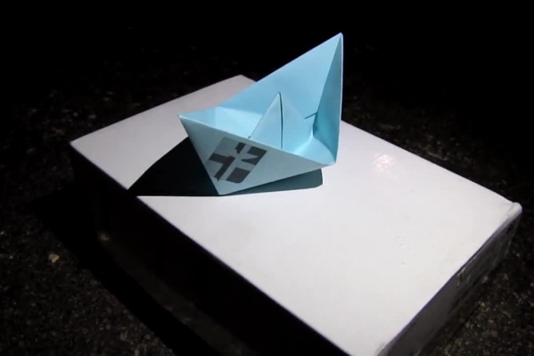 Бумажный кораблик, изображающий певицу Адель, дал концерт в подземном переходе под федеральной трассой — ему подпевалидесятки поклонников<br>