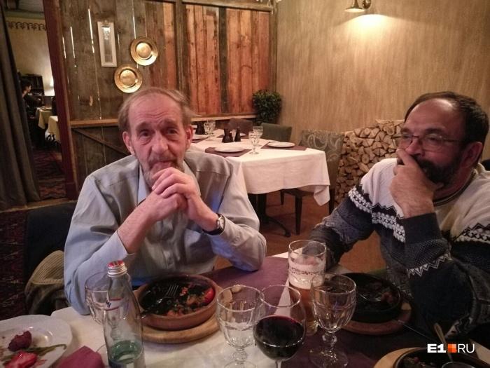 82-летний Феликс Владимирович (на фото слева) смог в одиночку пережить ночь в лесу