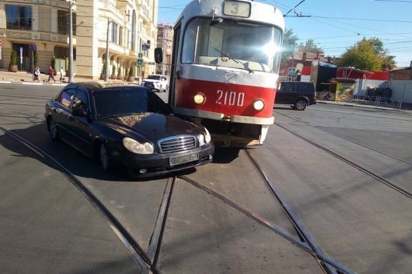 Водитель иномарки заехал на трамвайные пути
