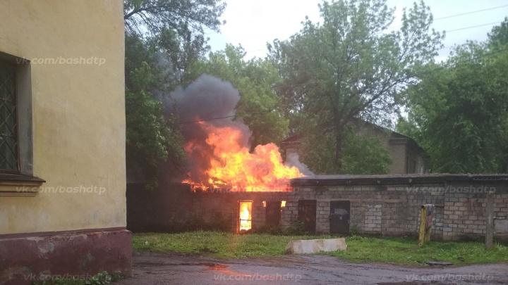 В Уфе во дворе жилых домов загорелся гараж