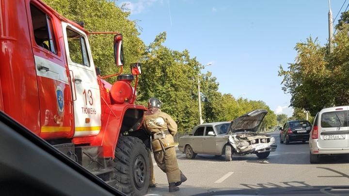 ДТП у Комсомольского: тюменка решила с правой полосы повернуть налево и столкнулась с «Волгой»