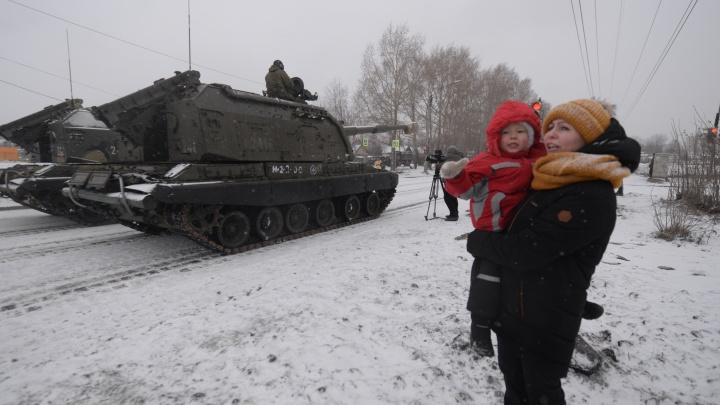 Фоторепортаж E1.RU: как военные 4 часа учились ездить синхронно по Вторчермету на танках в башмаках