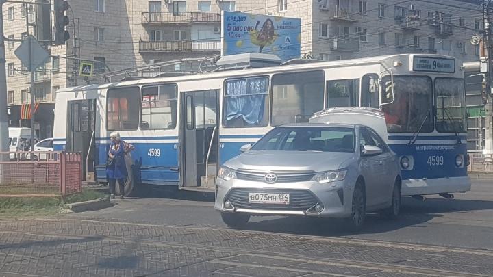 Можно пешком в багажник: троллейбус и иномарка «поцеловались» на перекрестке в центре Волгограда