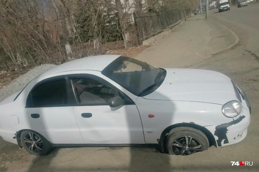Попадание автомобиля в яму при грамотном оформлении инцидента позволяет взыскать ущерб с дорожников или коммунальщиков