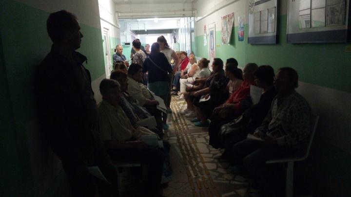 «Огромные очереди в темноте»: красноярец приехал в глазной центр и оказался шокирован обстановкой