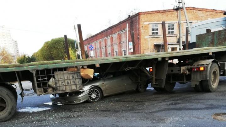 В Омске «Тойота» залетела под прицеп КАМАЗа
