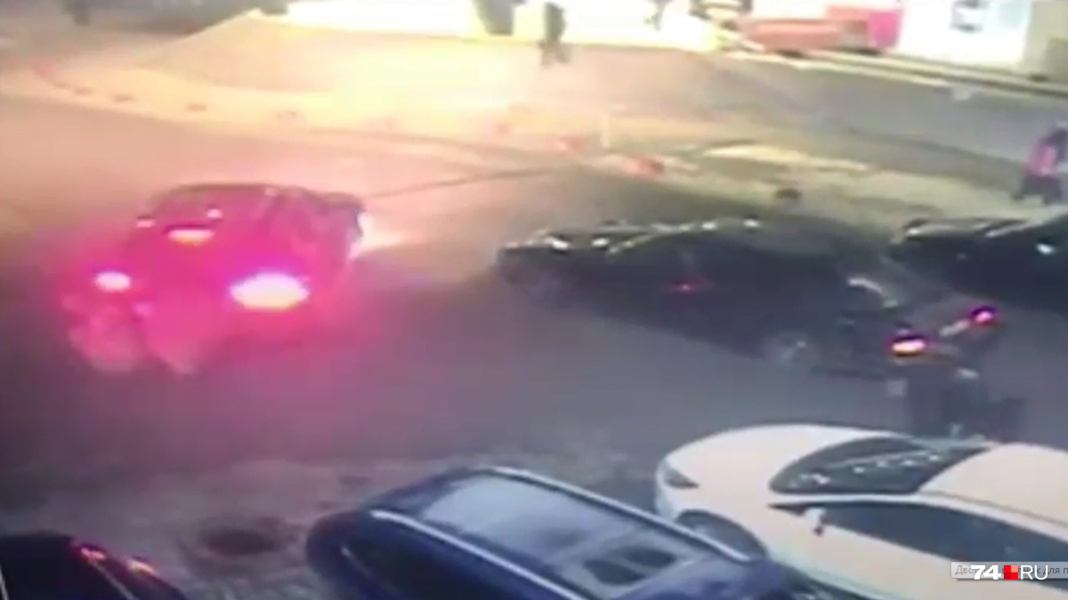 Водитель «Порше Кайен» (слева) не пропустил «Мерседес», а потом стрелял в водителя и пассажира«Мерседеса»