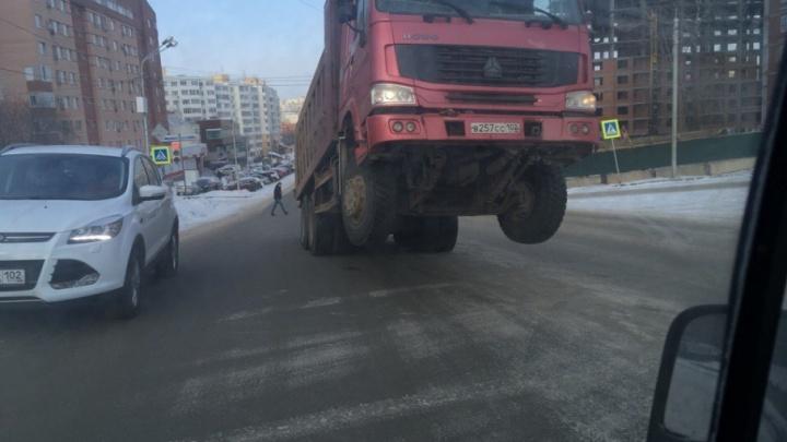 В Уфе грузовик встал на дыбы
