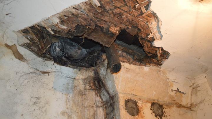 «Очнулся на полу — вокруг штукатурка и доски»: на пермяка упал потолок аварийного дома
