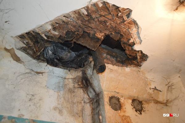 Из дыры в потолке посыпались камни, доски и штукатурка