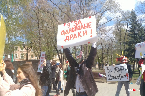 Участники акции удивили горожан своими плакатами