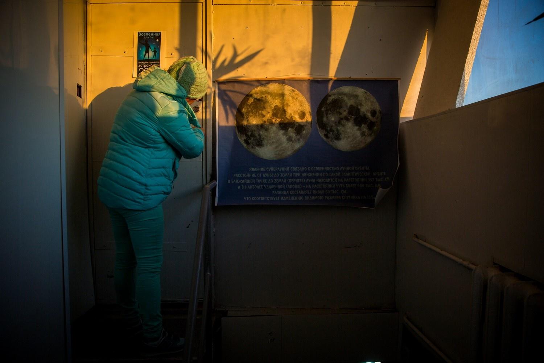 Нестеренко заходит в пункт управления обсерваторией