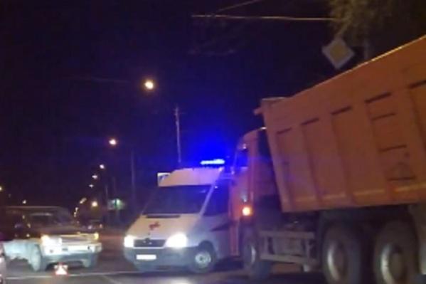 Водитель КАМАЗа снес иномарку во время перестроения