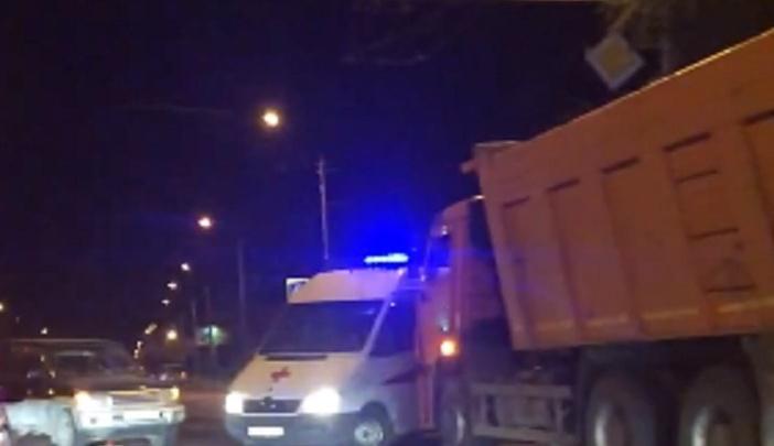 На юге Волгограда КАМАЗ выбросил с полосы старый внедорожник: пассажир попала в больницу