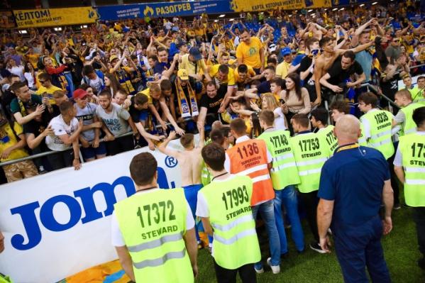 Во время матча стюарды стоят лицом к трибунам
