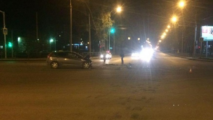 Nissan отлетел в забор после удара о Hyundai на Петухова: пострадали четверо
