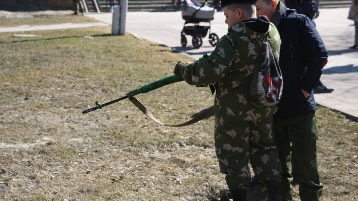 Кулачные бои, верблюд и дети в военной форме: новосибирцы отметили праздник в Нарымском сквере