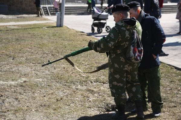 В Нарымском сквере можно было увидеть сотни детей в военной форме и с оружием