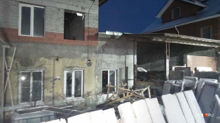 Пожар случился в двухэтажном строящемся доме