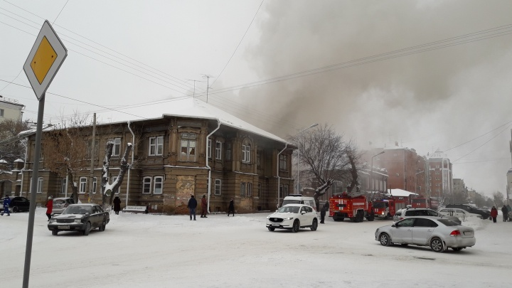 На перекрёстке Комсомольской и Советской в Кургане горел дом 1918 года постройки