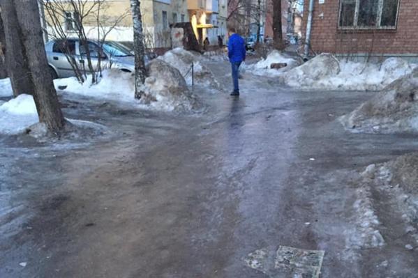 Пройти по такому льду особенно сложно пожилым людям