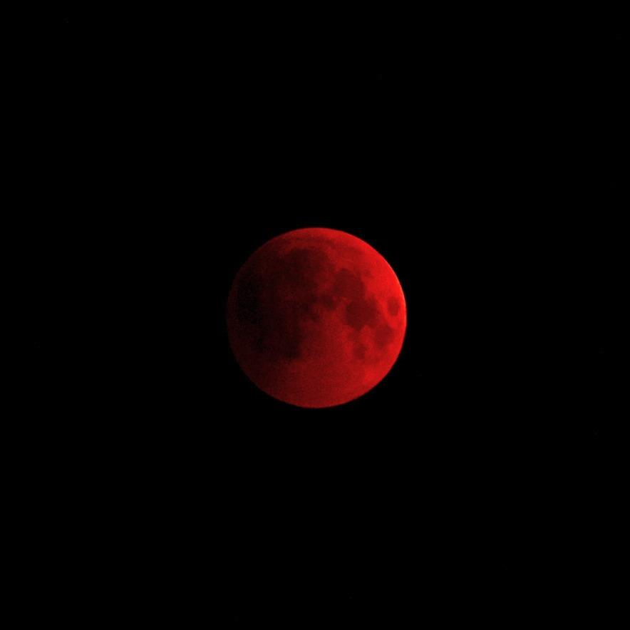 Кроваво-красная Луна. Когда она покраснела в прошлый раз, её  сравнивали с Оком Саурона