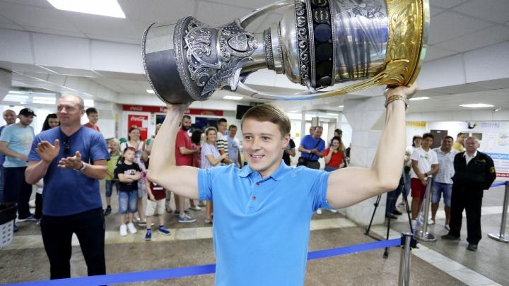 Челябинцы в восторге: воспитанник «Трактора» привёз в Челябинск кубок Гагарина