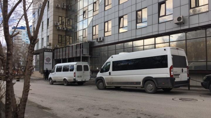 Люди в масках пришли в здание бизнес-центра на Пермитина