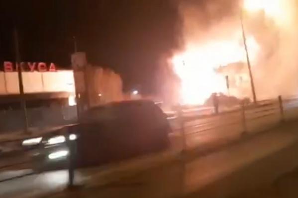 Здание полностью в огне