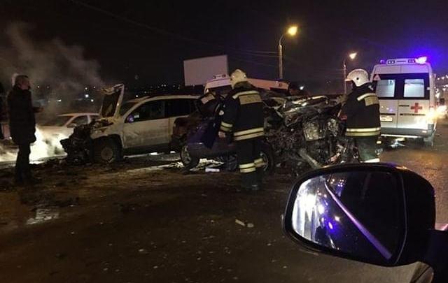 «Два ребёнка, мама и водитель»: в Волгограде жуткое столкновение иномарок привело к огромной пробке