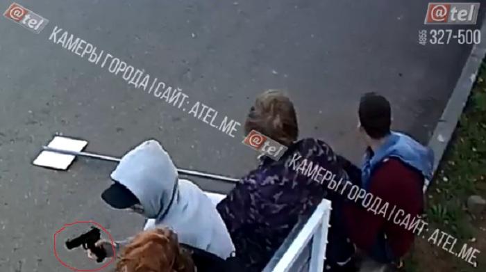 Малолетние вандалы с пистолетом разнесли знак на Волжской набережной