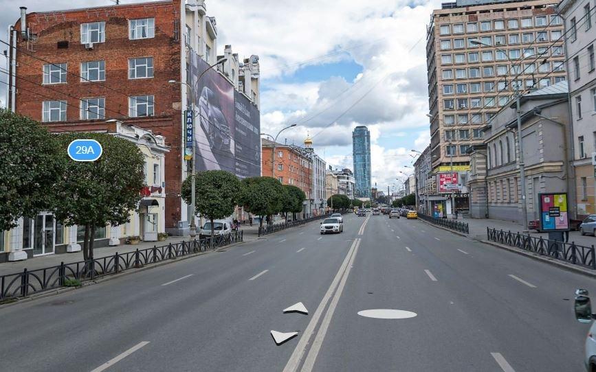 Гигантской рекламой здание на Малышева завешивали с нескольких сторон