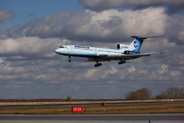 В Толмачёво прилетевшему самолёту устроили торжественную встречу