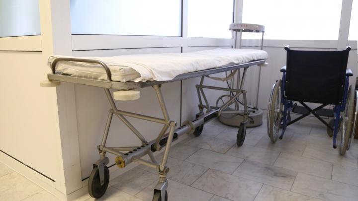 В Каменске-Уральском следователи начали проверку больницы, возле которой ползал пациент: видео