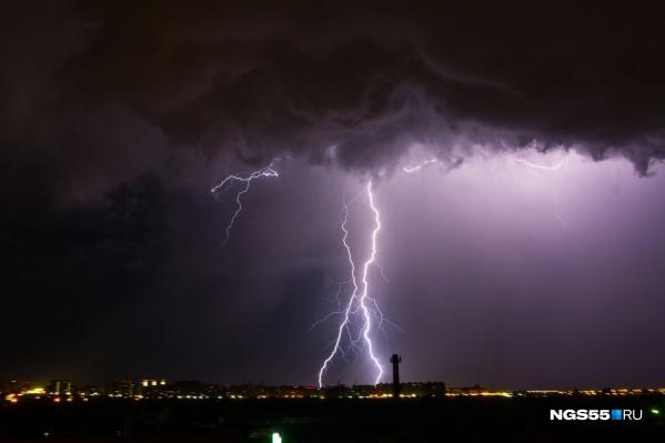 В связи с предстоящей грозой спасатели напомнили омичам правила безопасности во время штормового ветра