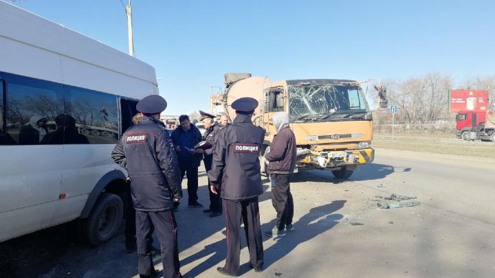 В Омске маршрутка столкнулась с бетономешалкой: госпитализировали семерых пассажиров
