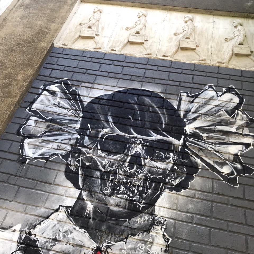 Художника вдохновило само здание с его барельефами