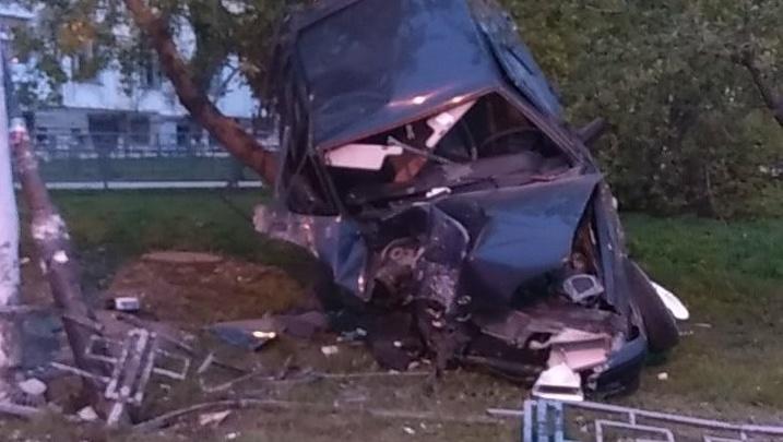 На Уралмаше пьяный водитель, пытаясь уйти от погони ГИБДД, подвесил машину на дерево