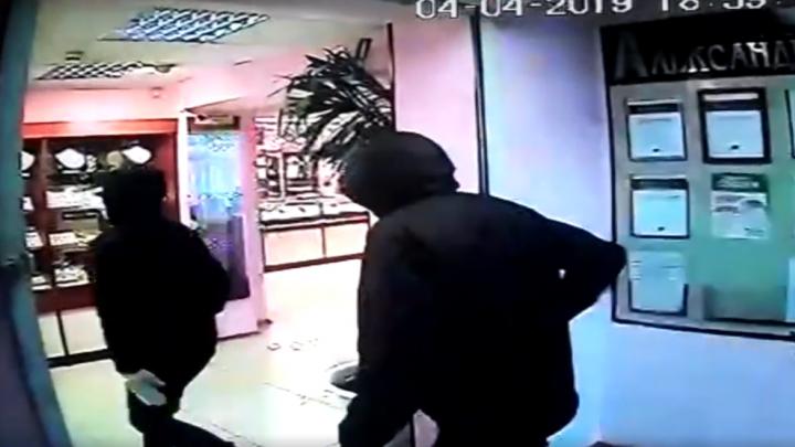 С гвоздодером и молотком: дерзкое ограбление ювелирного магазина в Уфе засняли видеокамеры