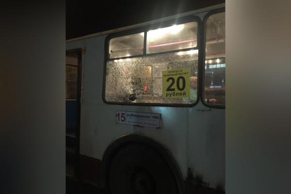 От удара в троллейбусе треснуло стекло