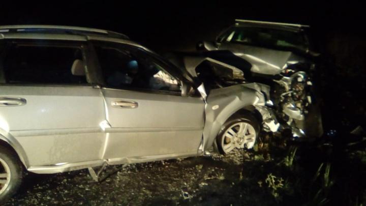 Под Березовским водитель «Лады», обгоняя фуры, устроил смертельную аварию: видео