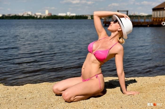 В жаркую погоду на пляжах много красивых девушек