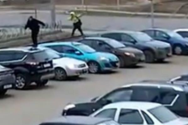 Подростки помяли восемь машин