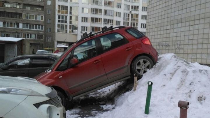 «Не рассчитал»: мастер парковки объяснил ГИБДД, как разбил машины и запрыгнул на сугроб на ВИЗе